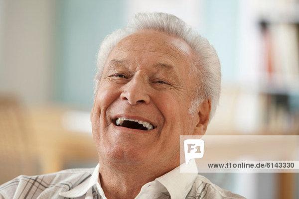 Älterer Mann lacht  Porträt