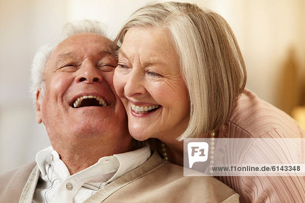 Seniorenpaar Wange an Wange
