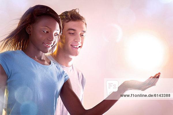 Junge Leute mit Licht
