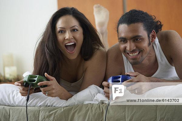 liegend  liegen  liegt  liegendes  liegender  liegende  daliegen  Bett  Spiel  Camcorder  spielen