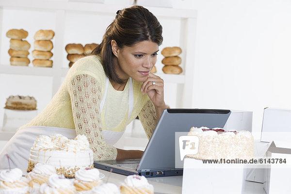 Frau  Notebook  arbeiten  Bäckerei