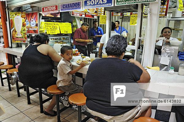 Übergewichtige Damen  Schnellimbiss im Zentralmarkt  San Jose  Costa Rica  Mittelamerika