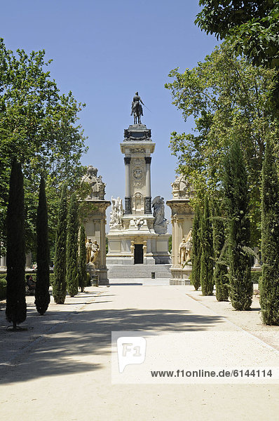 König Alfonso Xll  Reiterstandbild  Baumallee  Retiro Park  Madrid  Spanien  Europa  ÖffentlicherGrund