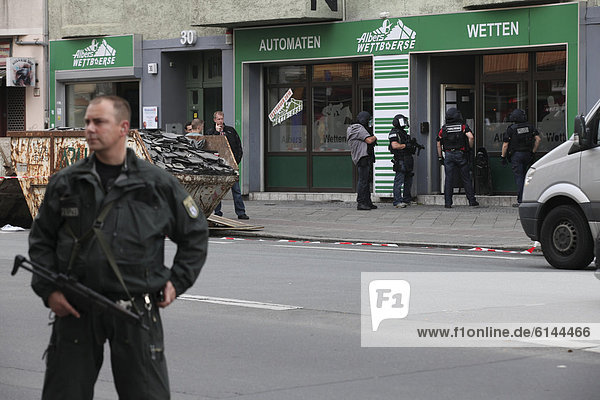The SEK  German special police operations unit  storming a betting office at Hermannstrasse street  which a man had threatened to blow up with a bomb  Berlin-Neukoelln  Berlin  Germany  Europe