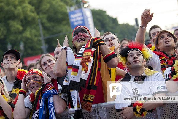 Berlin Hauptstadt sehen Fest festlich Eingang Ventilator öffentlicher Ort Brandenburg Euro Deutschland Viertel Menge