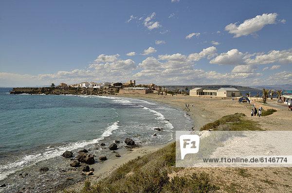 Blick über den Strand Playa Grande auf die Stadt Tabarca  Insel Tabarca  Isla de Tabarca  Costa Blanca  Spanien  Europa