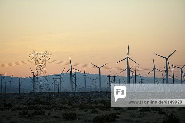 Sonnenuntergang Wüste Windpark
