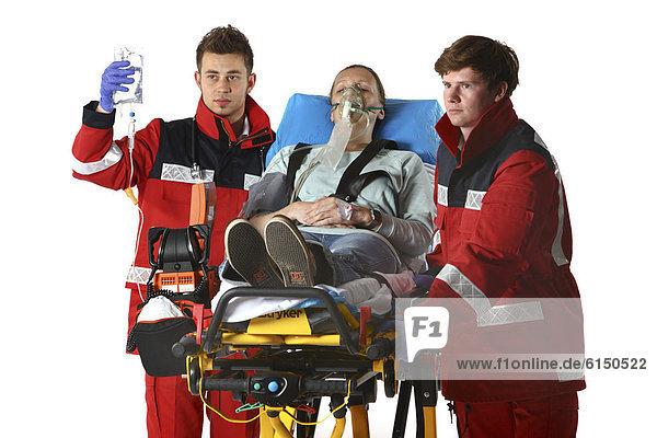Feuerwehr  Rettungsdienst  Rettungssanitäter  Rettungsassistenten  und Patientin  wird beatmet  bekommt eine Infusion  auf fahrbarer Krankentrage  Berufsfeuerwehr Essen  Essen  Nordrhein-Westfalen  Deutschland  Europa