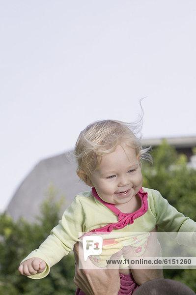 hoch  oben  Außenaufnahme  halten  Baby  freie Natur