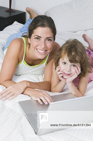 Notebook  Bett  Tochter  Mutter - Mensch