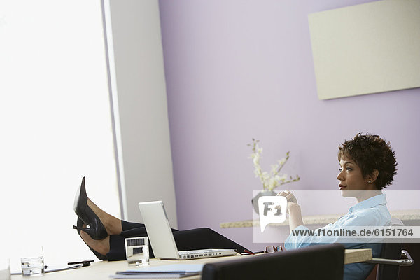 Geschäftsfrau  Schreibtisch  ruhen