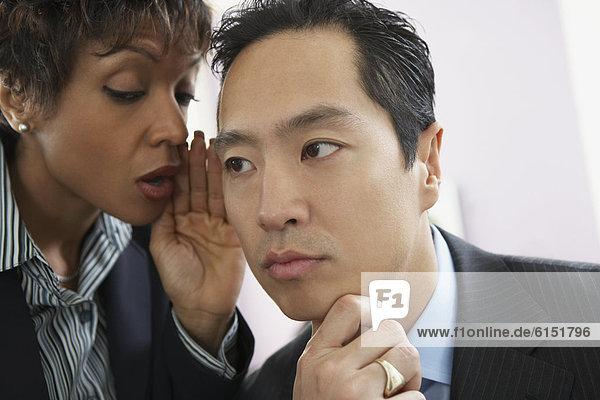Geschäftsfrau  Geschäftsmann  erzählen  Geheimnis