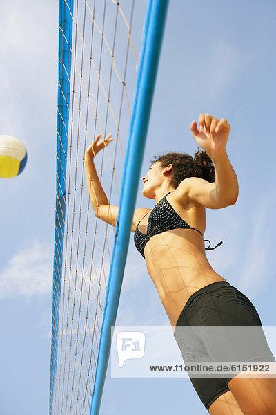 Frau  jung  Volleyball  spielen