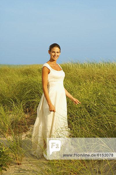 stehend  Braut  Düne  Gras