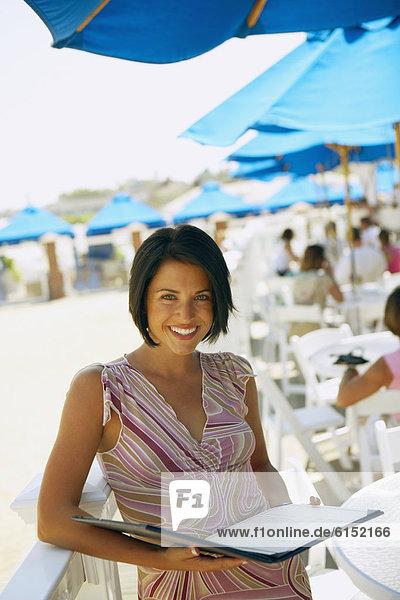 Frau  Strand  halten  Restaurant  Speisekarte  Karte