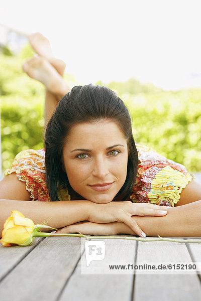 liegend  liegen  liegt  liegendes  liegender  liegende  daliegen  Frau  jung  Terrasse