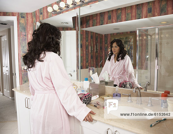 Frau sehen Badezimmer Hispanier Spiegel