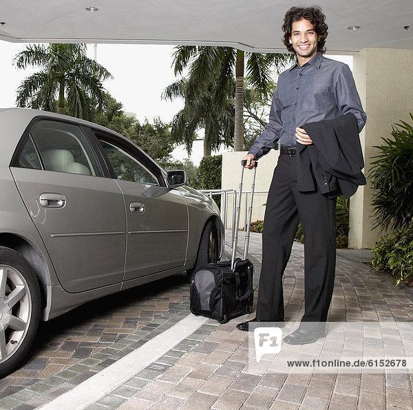 Geschäftsmann  Auto  Hispanier  halten  Koffer