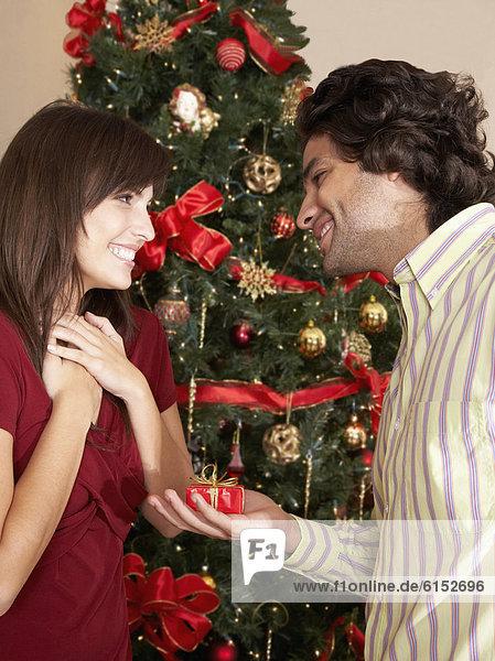 Mann Freundin geben Hispanier Weihnachtsgeschenk