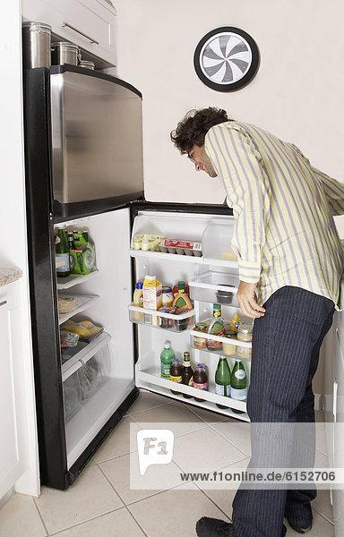 Mann  sehen  Hispanier  Kühlschrank