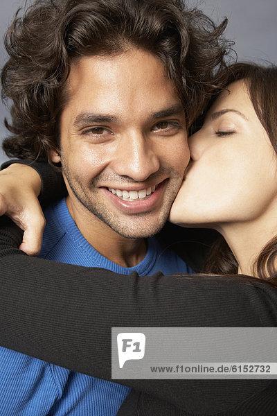 Frau  Freund  umarmen  küssen  Hispanier