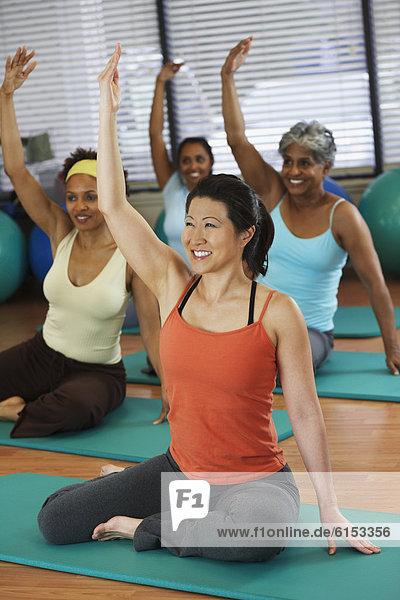 Frau  Yoga  multikulturell