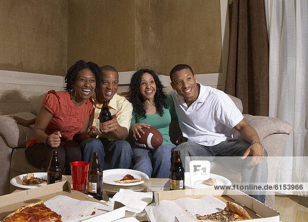 Freundschaft sehen Fernsehen multikulturell Sport