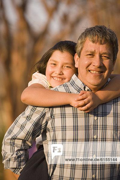 geben  Menschlicher Vater  fahren  Hispanier  huckepack  Tochter  mitfahren