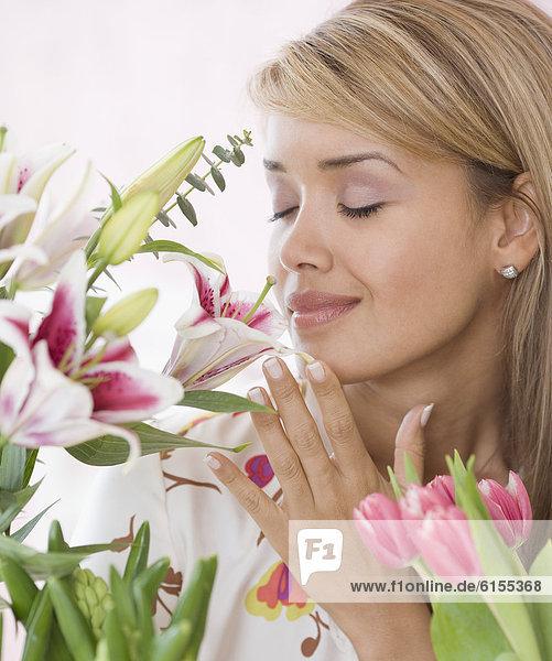 stinken  Frau  Blume  Hispanier  riechen