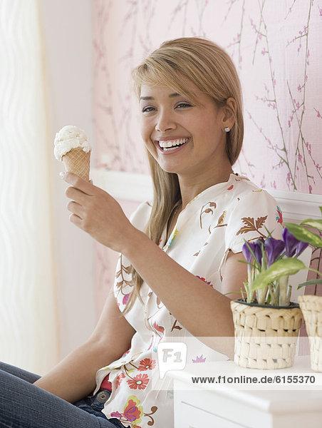 kegelförmig  Kegel  Frau  Hispanier  Eis  essen  essend  isst  Sahne