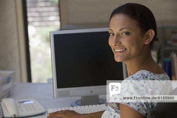 sitzend Geschäftsfrau Computer jung