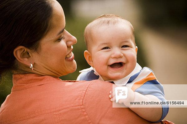 Hispanier  halten  Mutter - Mensch  Baby