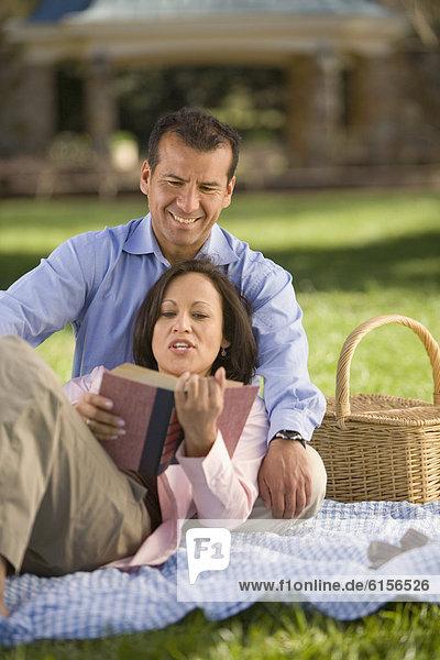 Decke  Picknick  Hispanier  vorlesen