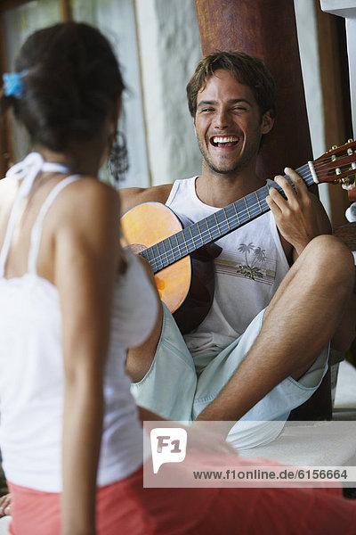 Mann  Freundin  Gitarre  Südamerika  spielen