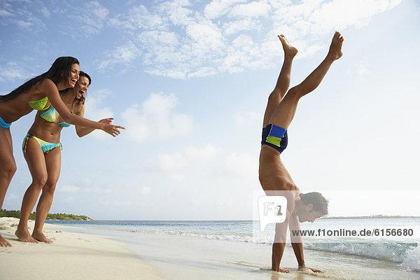 Handstand  Mann  Strand  Südamerika