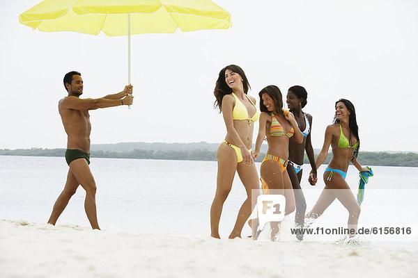 Frau  Mann  Strand  Regenschirm  Schirm  halten  Südamerika  Sonnenschirm  Schirm