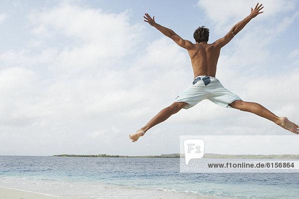 Mann  Strand  springen  Südamerika