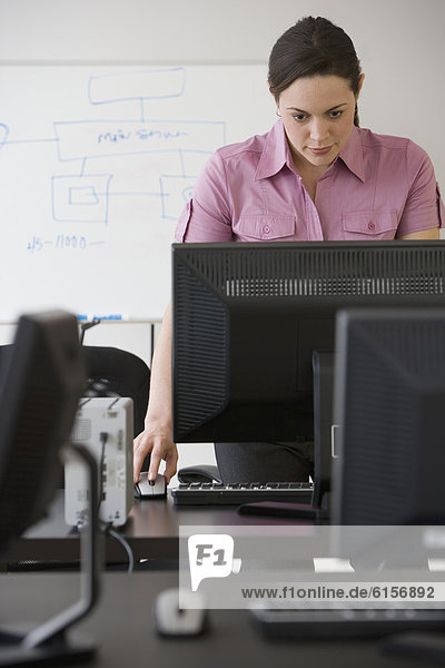 Geschäftsfrau  Computer  sehen  Hispanier