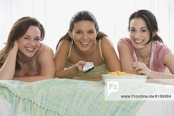 Frau  sehen  Fernsehen  jung  3