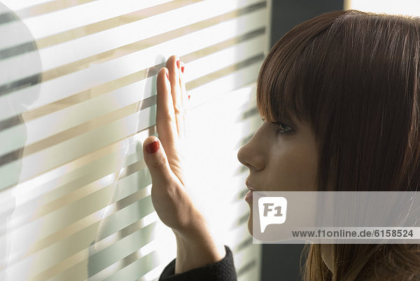 Frau  sehen  Glas  blättern  Kälte  jung