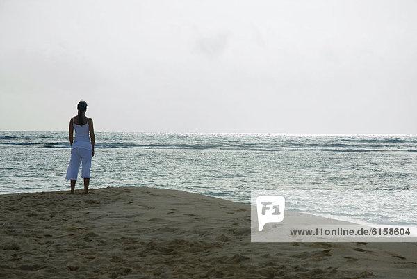 Frau Blick auf Meer