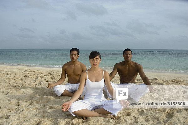 Freundschaft  Strand  Meditation  multikulturell
