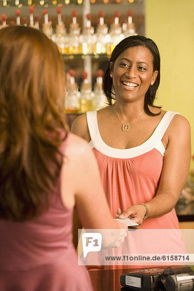nehmen  Kredit  amerikanisch  Angestellter  Kreditkarte  Karte  Umsatz