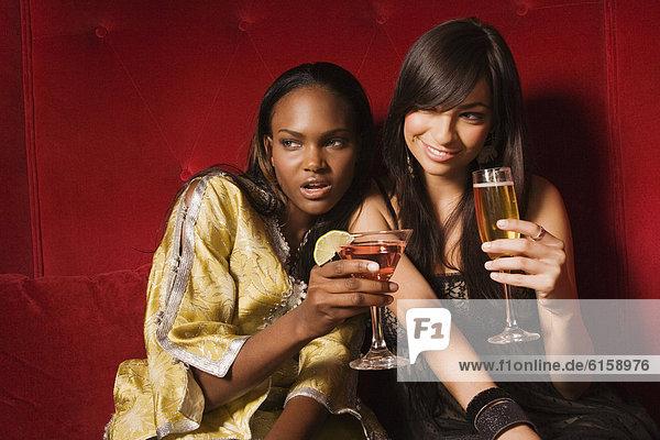Frau  Cocktail  trinken  multikulturell