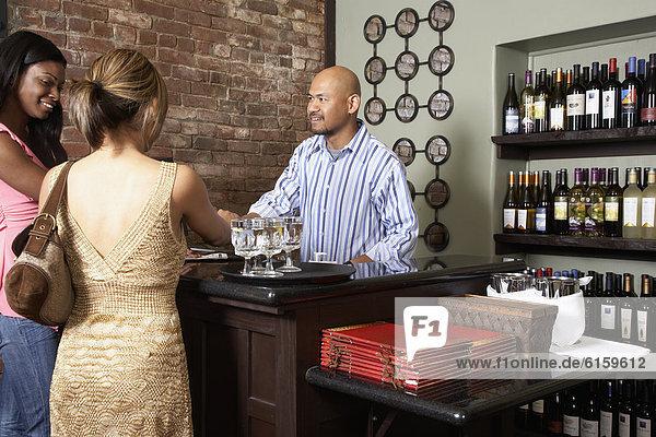 Frau  Restaurant  bezahlen  zahlen  multikulturell