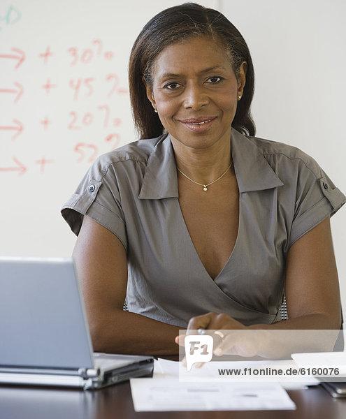 Senior  Senioren  Geschäftsfrau  Schreibtisch  amerikanisch