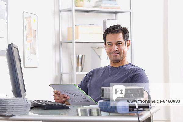 sitzend  Mann  Schreibtisch  Hispanier
