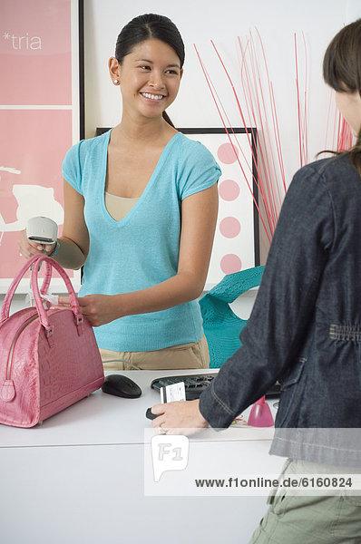 hoch  oben  kaufen  Laden  Angestellter  klingeln