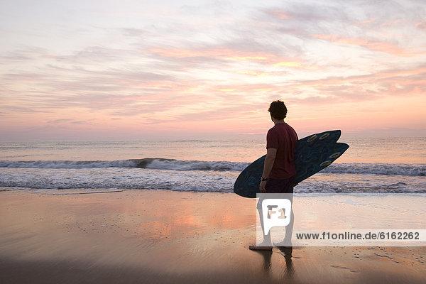 Mann  Strand  halten  Surfboard