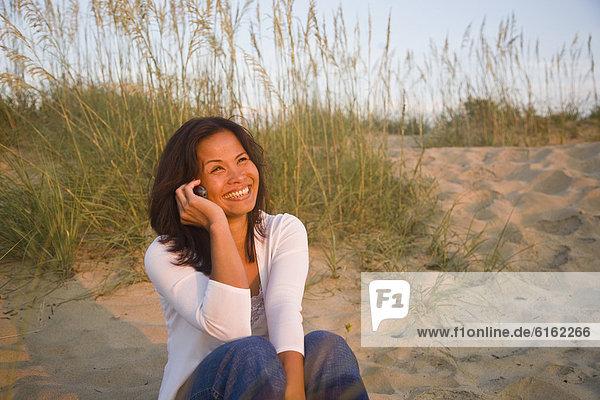 Asiatische Frau Gespräch auf Handy
